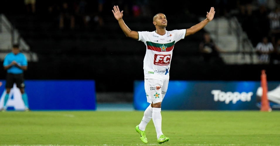 Sassá comemora gol da Portuguesa-RJ sobre o Botafogo