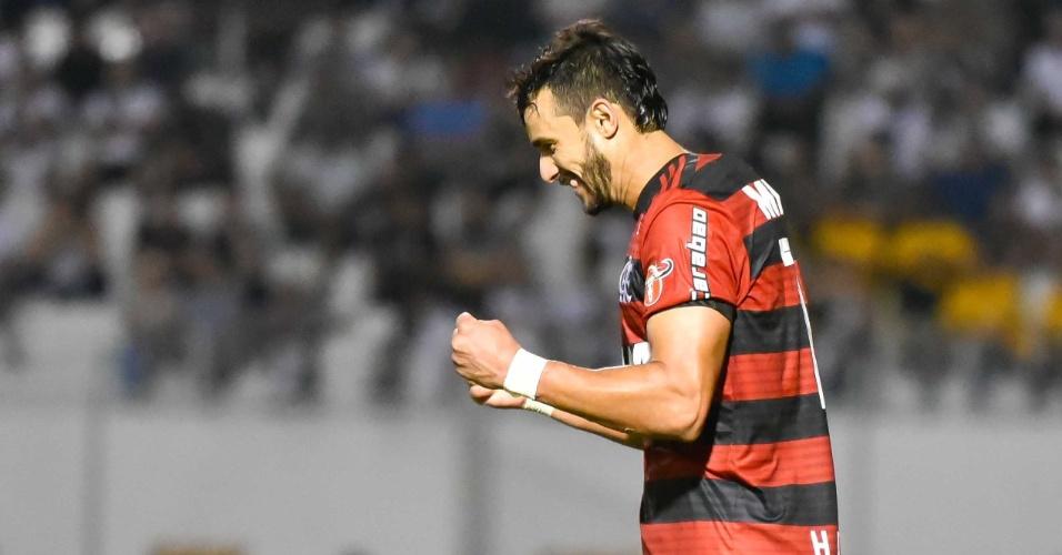 Henrique Dourado comemora o gol do Flamengo na vitória sobre a Ponte Preta