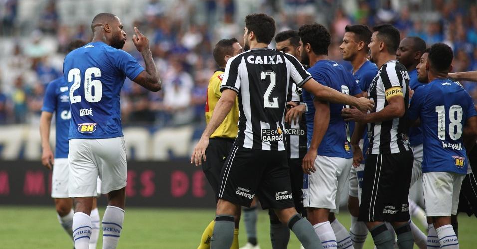Jogadores reclamam da arbitragem durante a partida entre Cruzeiro e Botafogo