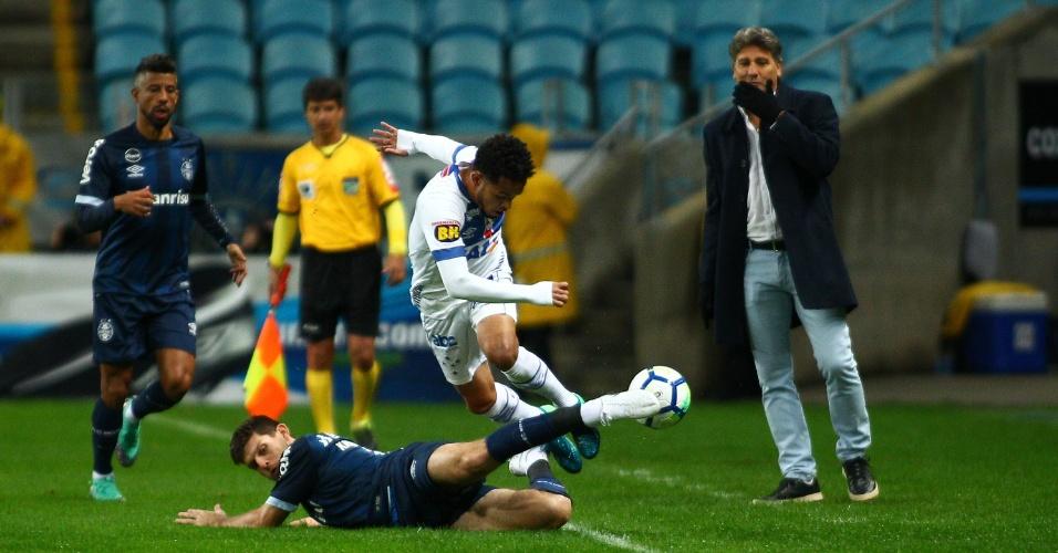 Jogadores de Grêmio e Cruzeiro disputam a bola