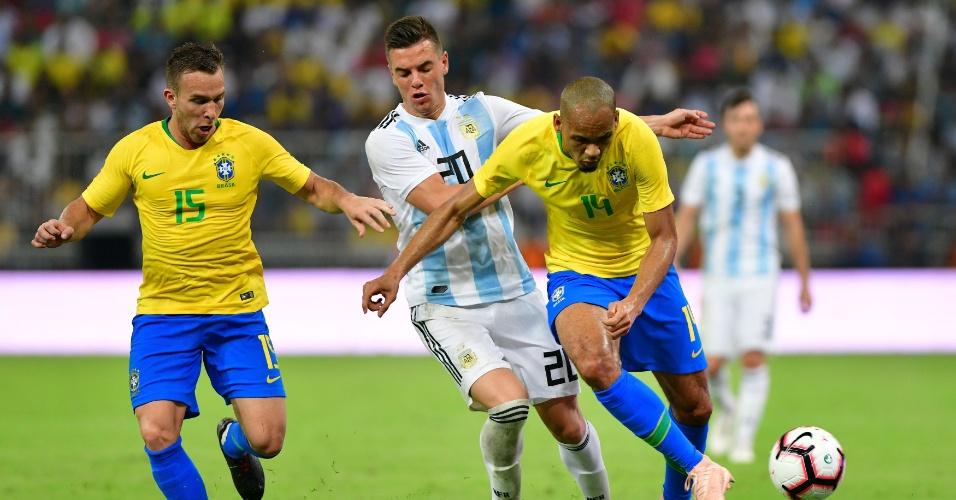 Arthur e Fabinho, durante partida entre Argentina e Brasil