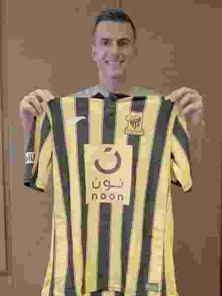 Marcelo Grohe posa com a camisa do Al-Ittihad, seu novo clube - Reprodução