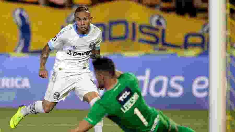 Meia-atacante Everton marcou o gol do Grêmio em jogo no estádio Gigante de Arroyito, em Rosario - Hector Rio/AFP