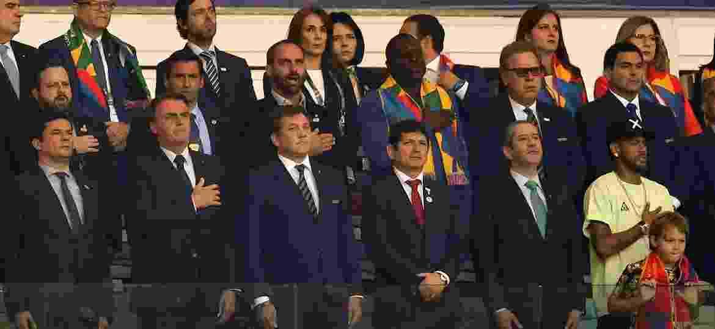 Presidente da Conmebol, Alejandro Domínguez ficou ao lado de Jair Bolsonaro durante a final do torneio - Pedro UGARTE / AFP