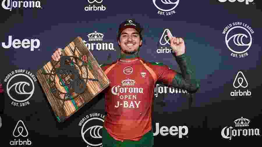 Gabriel Medina comemora com troféu de J-Bay - Ed Sloane/WSL