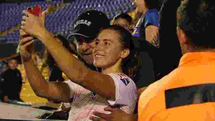 Torcedor que apalpou seios da jogadora Sofia Huerta durante foto será banido pelo Tigres - reprodução/Twitter