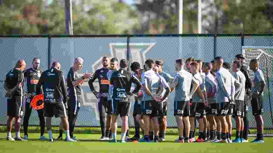 Técnico Tiago Nunes conversa com os jogadores do Corinthians durante treino para a Florida Cup - Divulgação/Florida Cup