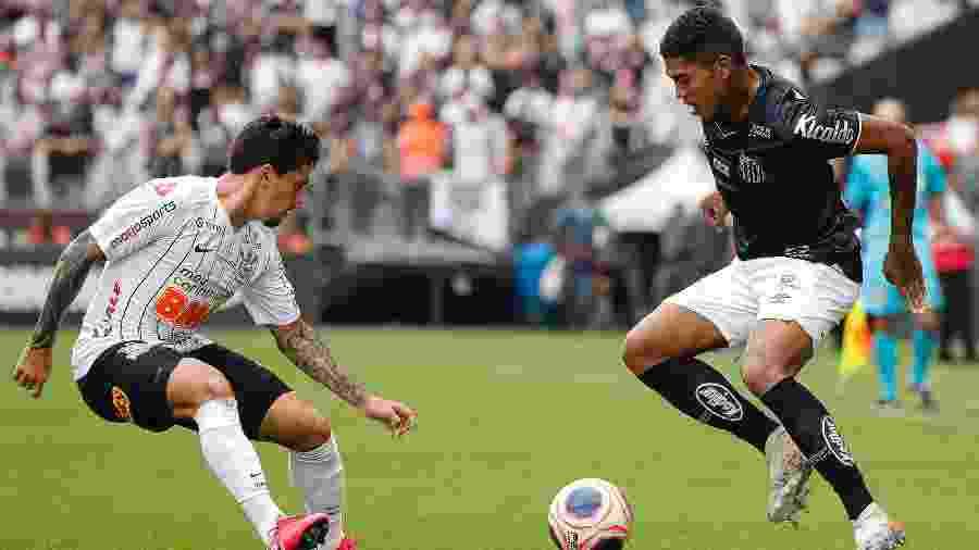 Raniel disputa a bola com Fagner em jogo entre Corinthians e Santos pelo Paulistão - Daniel Vorley/Daniel Vorley/AGIF