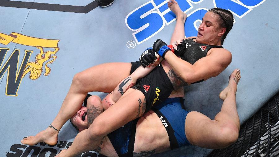 Jennifer Maia aplica golpe em Joanne Calderwood durante UFC em Las Vegas - Chris Unger/Zuffa LLC via Getty Images