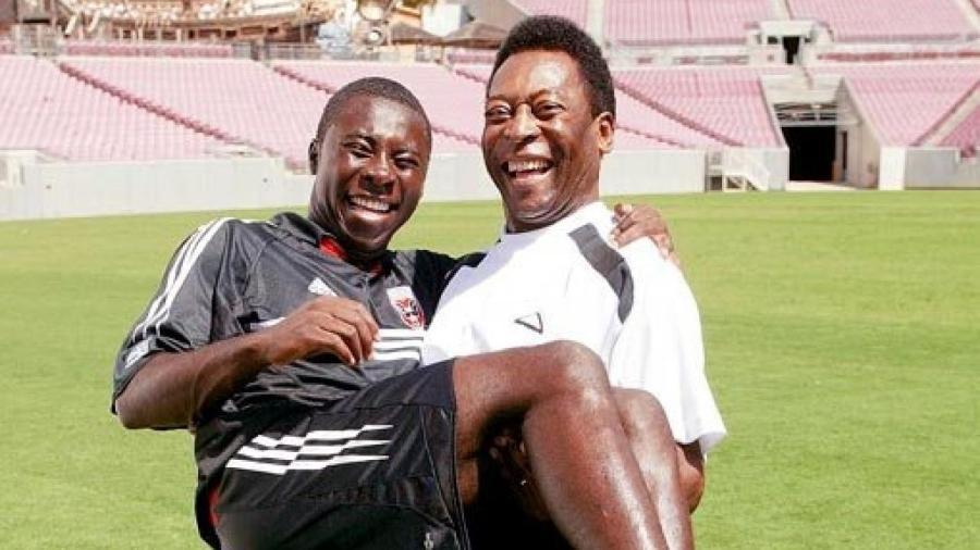 Pelé carrega Freddy Adu, que muita gente acreditava que seria seu sucessor - Reprodução