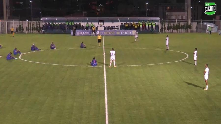Por salários atrasados, jogadores do São Caetano fazem protesto na Série D - Reprodução/MyCujoo