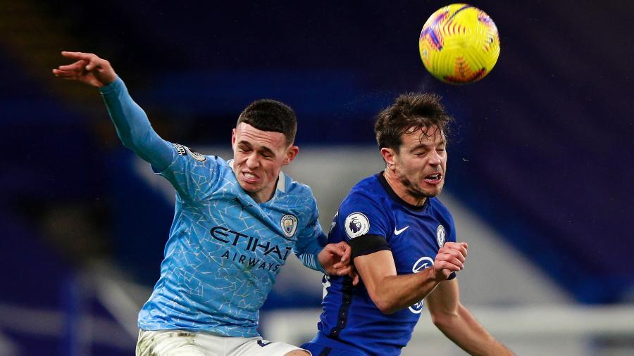 Phil Foden, do Manchester City, divide com Azpilicueta, do Chelsea, em jogo do Campeonato Inglês - Ian Walton/APF