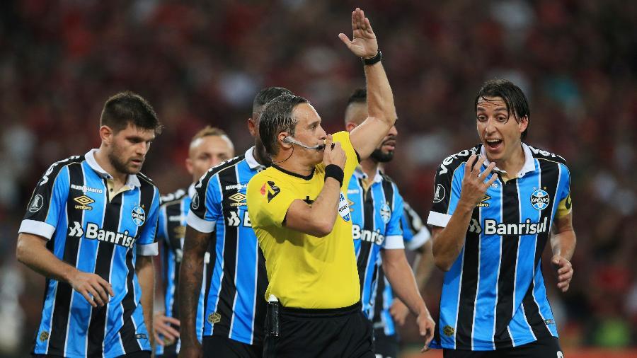 Jogadores do Grêmio reclamam com o árbitro argentino Patricio Loustau, no jogo de volta da semifinal da Libertadores de 2019, contra o Flamengo - Buda Mendes/Getty Images