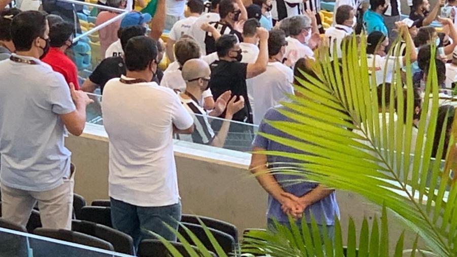 Bruno Covas (PSDB), prefeito de São Paulo, marca presença no Maracanã na torcida pelo Santos - UOL