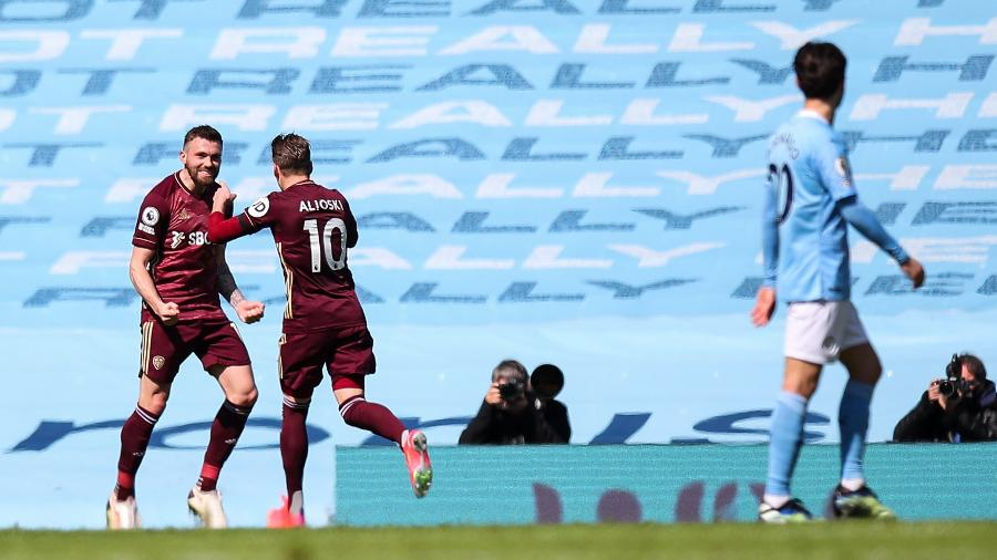 Stuart Dallas comemora seu segundo gol pelo Leeds contra o Manchester City - Robbie Jay Barratt - AMA/Getty Images