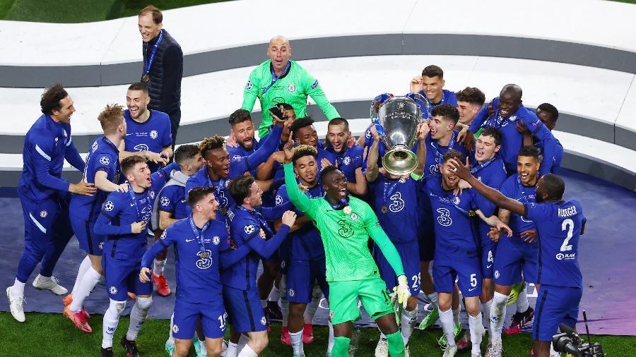 Jogadores do Chelsea comemoram título da Champions com a taça - Michael Steele/Getty Images