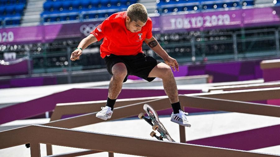Skatista peruano Angelo Caro Narvaez em ação nas Olimpíadas de Tóquio - Jeff Pachoud/AFP