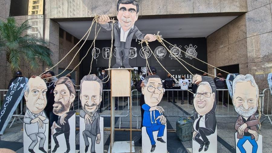 Protesto do Movimento Salve o Corinthians faz críticas aos atuais gestores do Timão  - Leonor Macedo