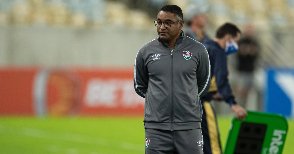 Roger Machado observa o Fluminense durante a vitória por 3 a 0 diante do Criciúma, pela Copa do Brasil