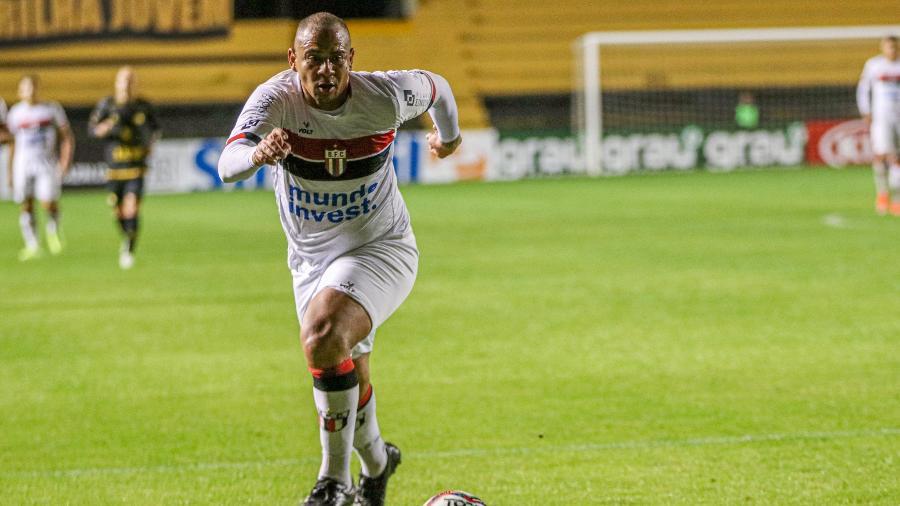 """Walter, durante partida do Botafogo-SP; atacante foi chamado de """"gordo"""" pelo técnico Jorginho, do Figueirense - Luiz Fernando Cosenzo / Agência Botafogo"""