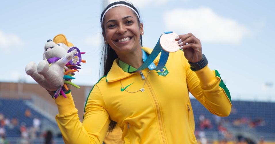 Jucilene de Lima exibe a medalha de bronze conquistada no lançamento de dardo