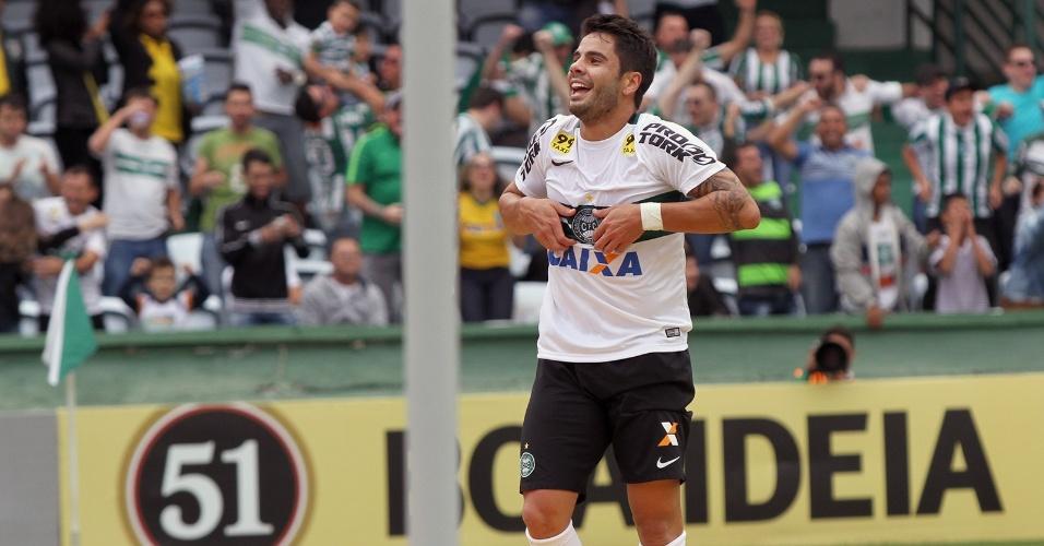 Henrique Almeida comemora gol do Coritiba contra a Chapecoense no Estádio Couto Pereira
