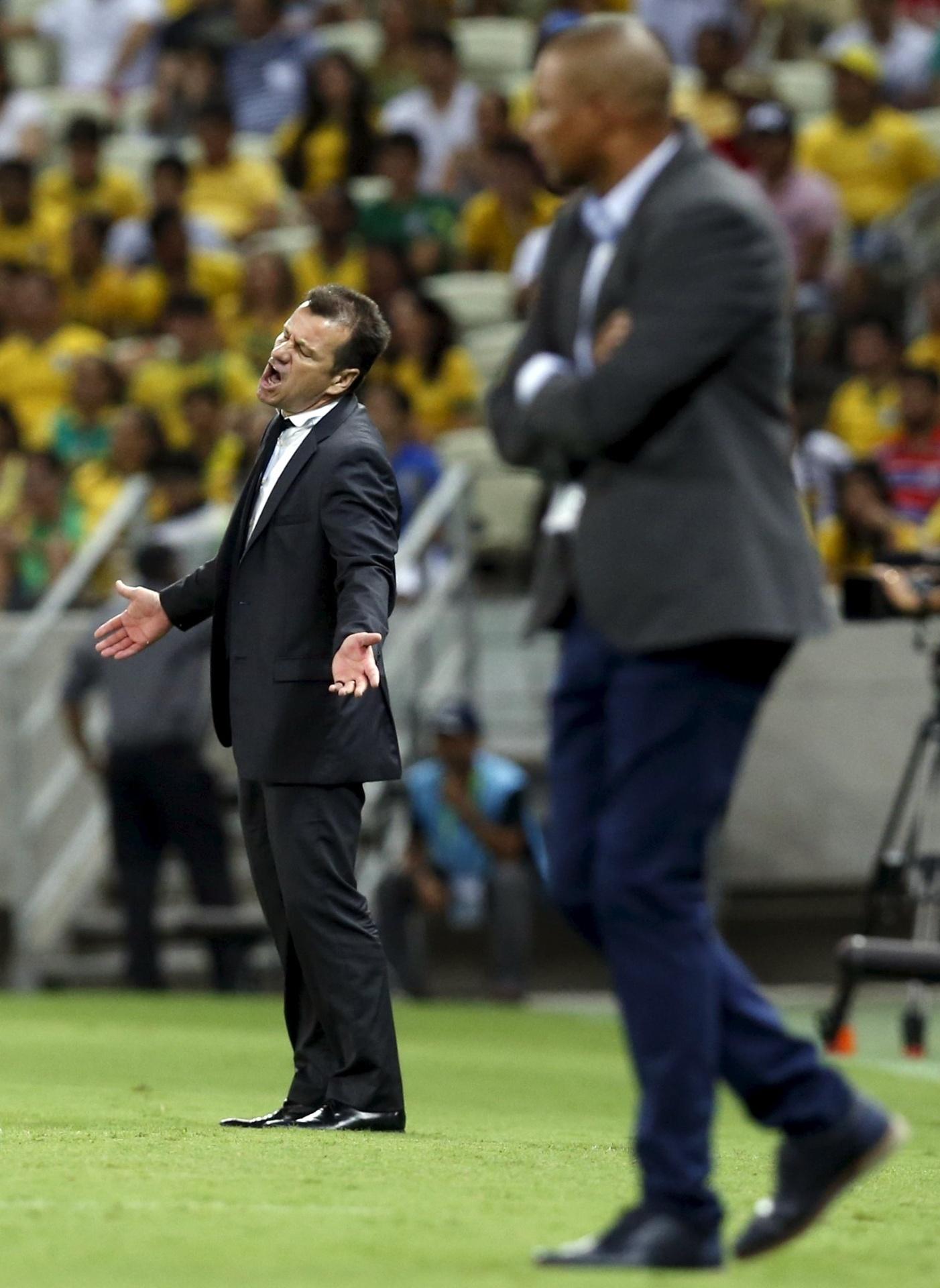 Técnico Dunga gesticula à beira do gramado do Castelão no jogo do Brasil contra a Venezuela pelas Eliminatórias