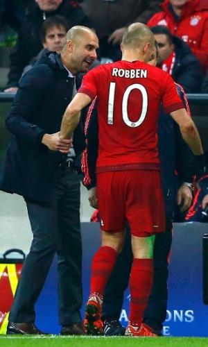 Guardiola conversa com Arjen Robben, do Bayern de Munique, substituído no primeiro tempo após acusar nova lesão