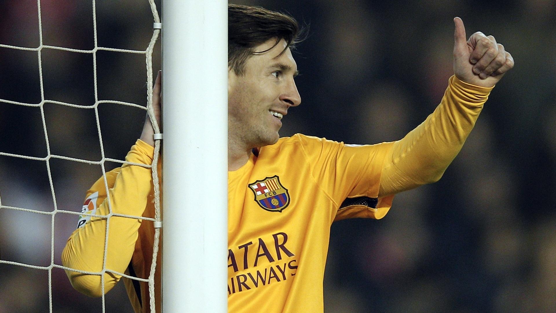 Messi faz sinal de positivo após jogada contra o Valencia pelo Campeonato Espanhol