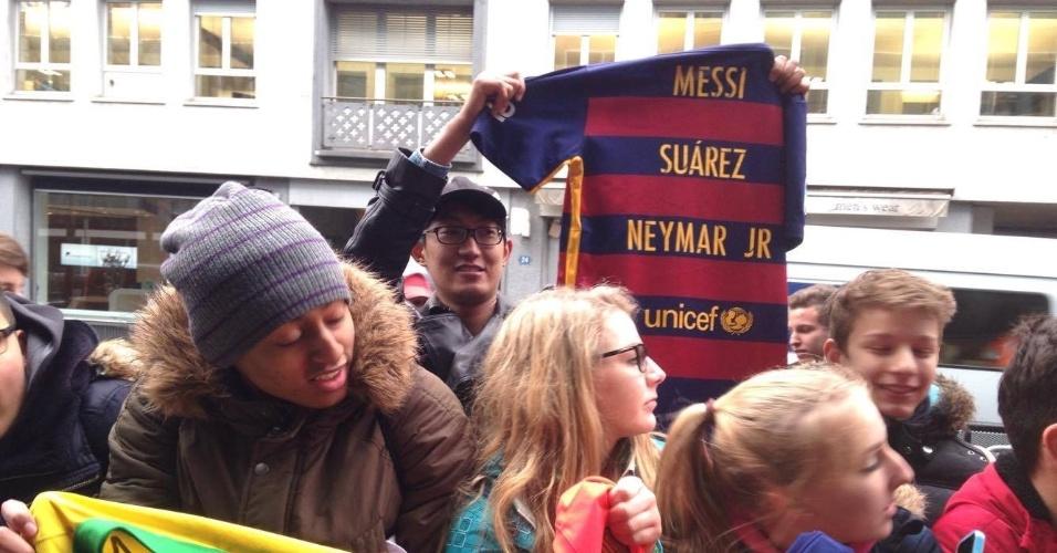 11.jan.2016 - Em Zurique, fãs já se concentram antes da cerimônia de premiação da Bola de Ouro