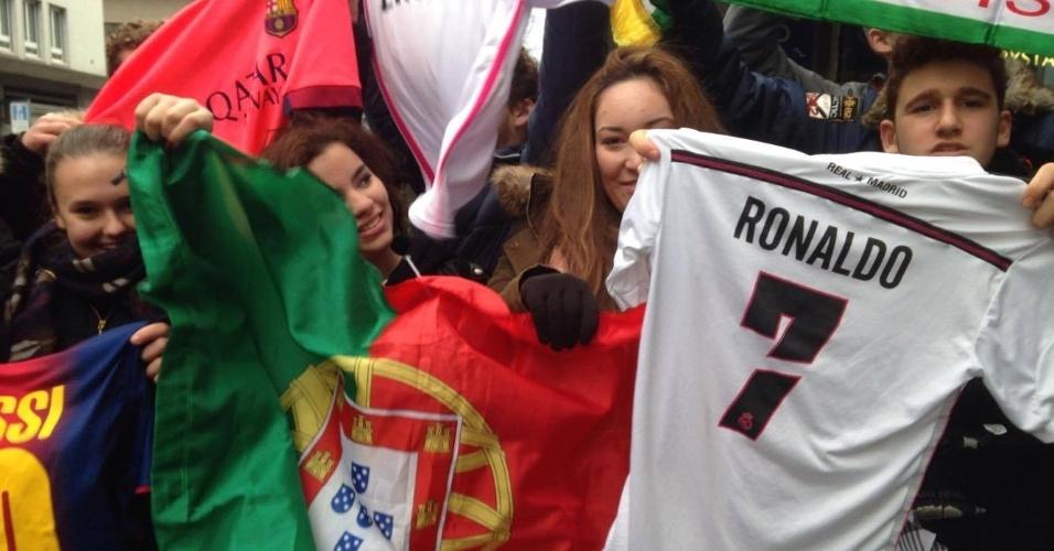 11.jan.2016 - Fãs de Cristiano Ronaldo se aglomeram em Zurique antes da cerimônia de entrega da Bola de Ouro