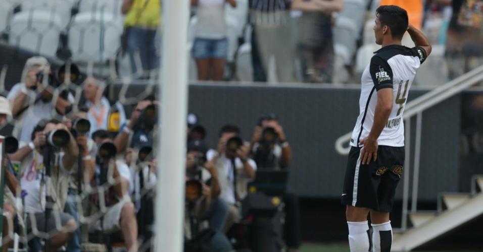 Balbuena comemora gol marcado prestando continência