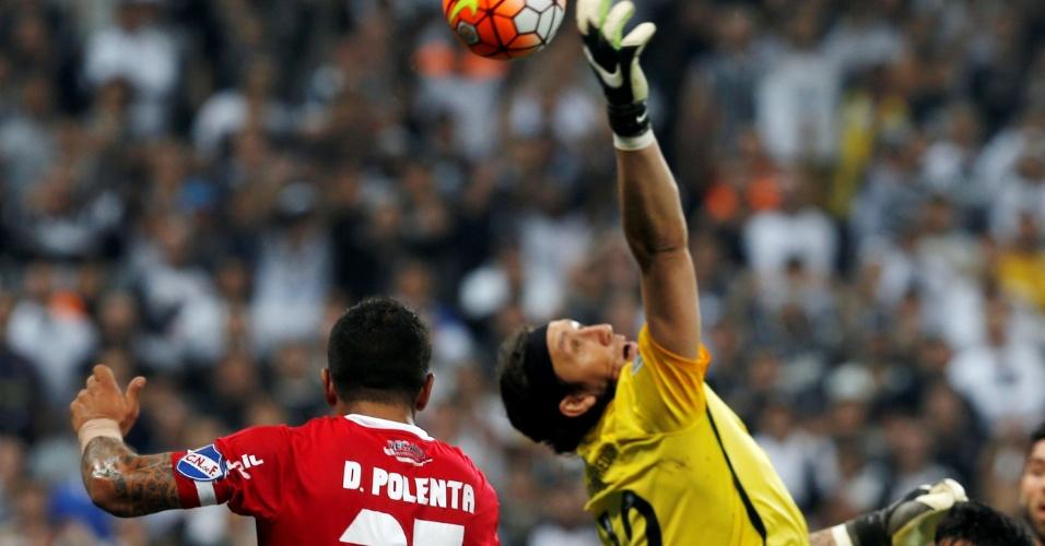 Cássio se estica todo para salvar o Corinthians contra o Nacional-URU, na Libertadores