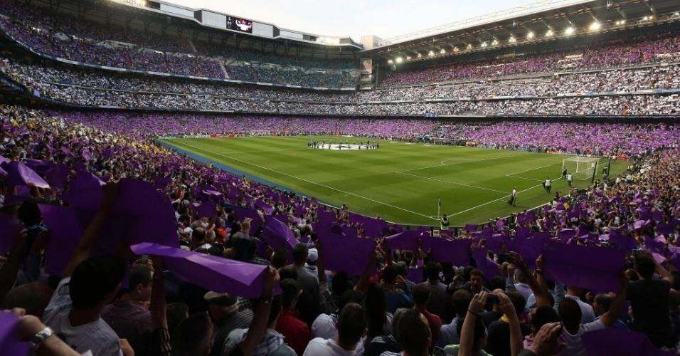 Torcida do Real Madrid faz mosaico em roxo no Santiago Bernabéu contra o Manchester City