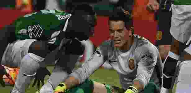 Berrío grita no ouvido do goleiro Sosa após marcar o gol que classificou o Atlético Nacional - LUIS ACOSTA/AFP - LUIS ACOSTA/AFP