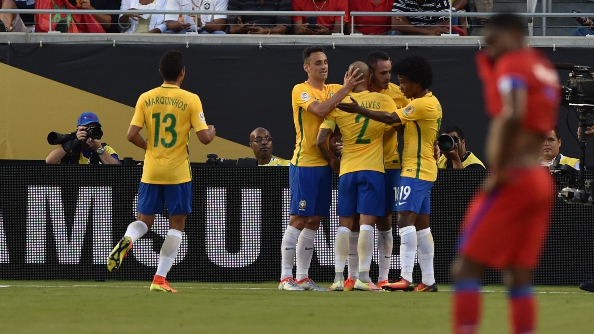 Jogadores do Brasil comemoram gol de Renato Augusto diante do Haiti na Copa América