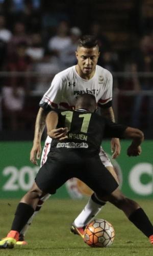 Bruno encara a marcação de Andrés Ibarguen no duelo entre São Paulo e Atlético Medellín
