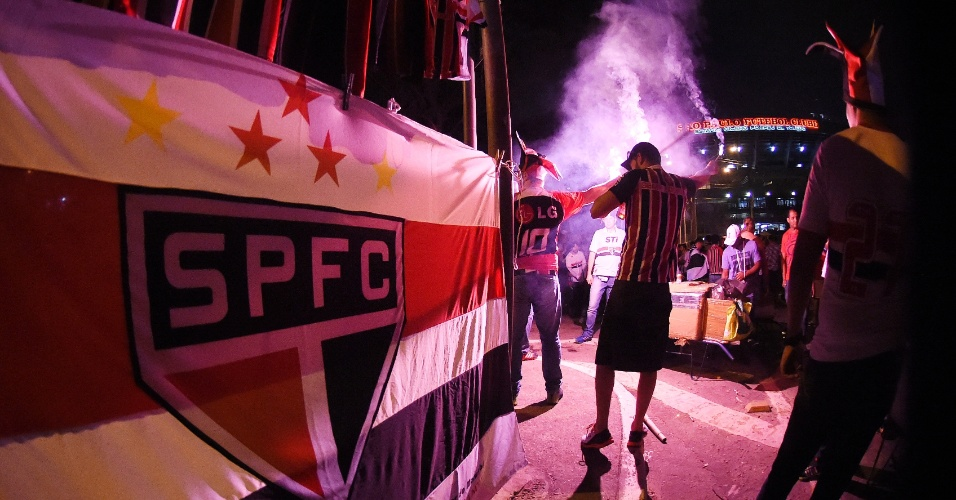 Torcida do São Paulo faz festa no entorno do Morumbi cerca de 3 horas antes do início da semifinal, contra o Atlético Nacional-COL