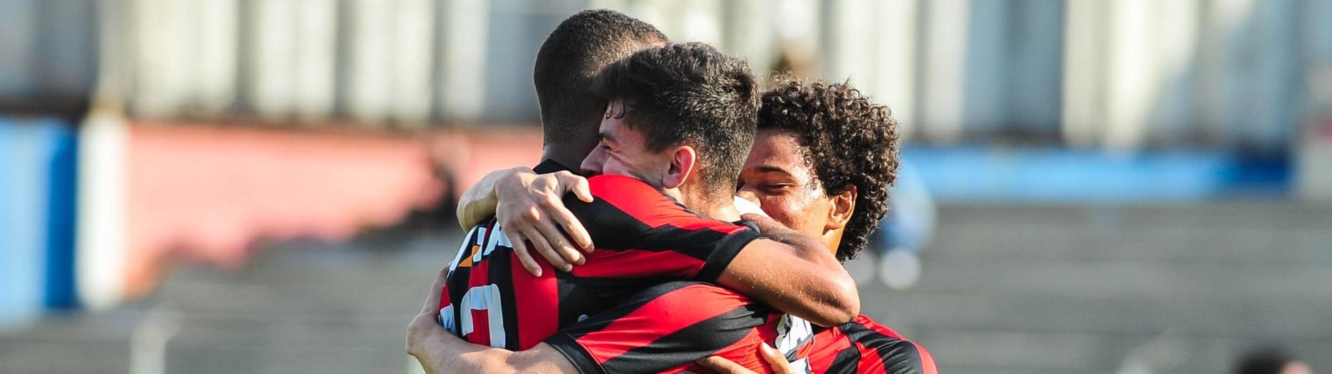 Jogadores do Atlético-PR comemoram gol marcado contra o Coritiba