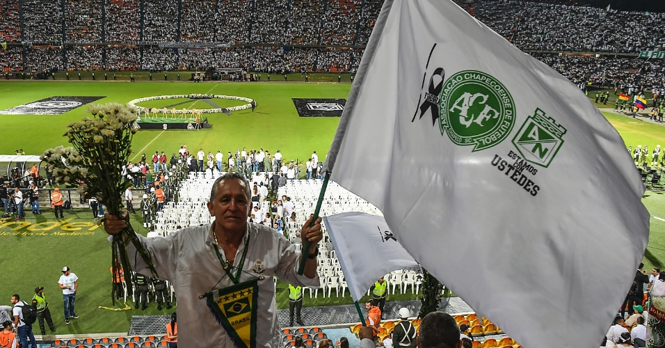 Com bandeira, flâmula e flores, torcedor colombiano homenageia a Chapecoense no Estádio Atanásio Girardot