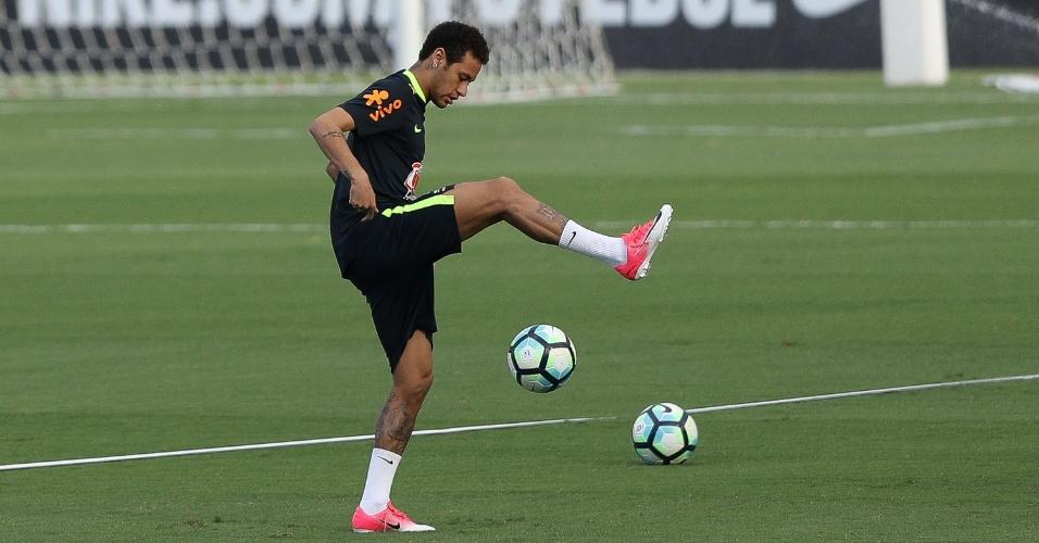Neymar faz embaixadinha e público vibra no Morumbi, em treino da seleção