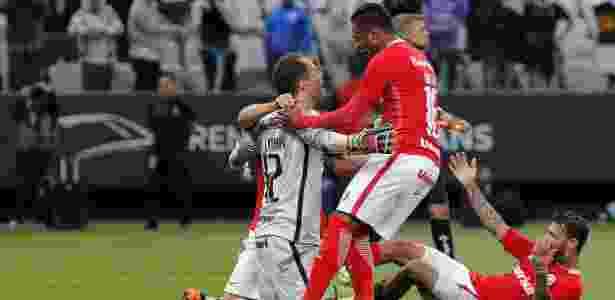 Marcelo Lomba é abraçado pelos companheiros na Arena Corinthians - Daniel Vorley/AGIF - Daniel Vorley/AGIF