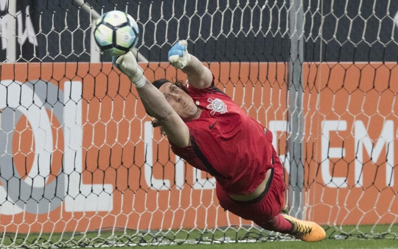 Cássio salta para defender pênalti cobrado por Lucca na partida entre Corinthians e Ponte Preta