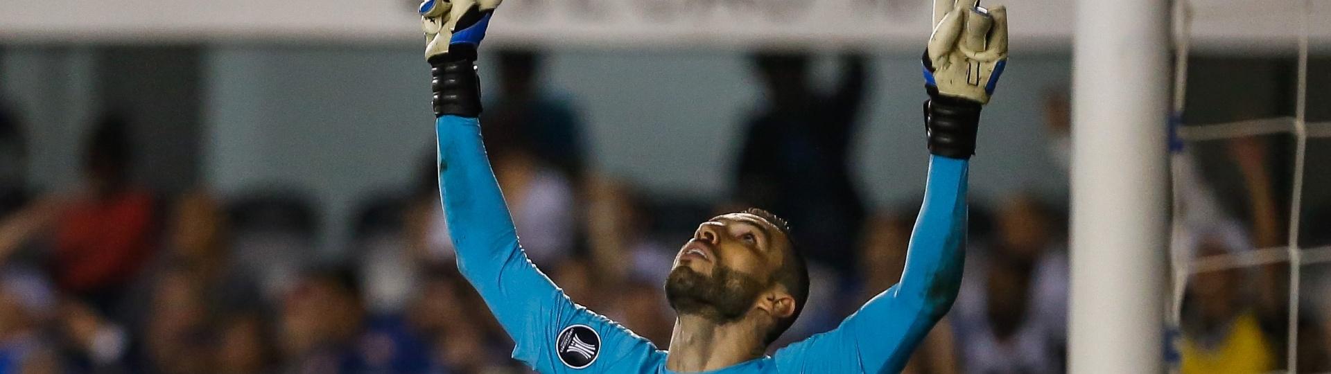 Vanderlei, do Santos, comemora defesa feita em jogo contra o Atlético-PR pela Copa Libertadores