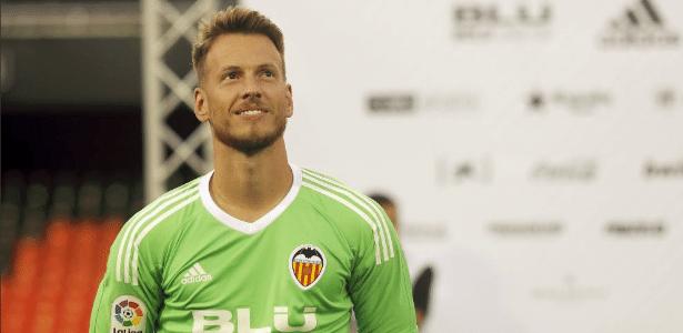Goleiro Neto em ação com a camisa do Valencia - Divulgação