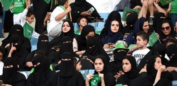 Em setembro, a Arábia Saudita autorizou, pela primeira vez, mulheres a participarem da celebração de um feriado nacional em um estádio
