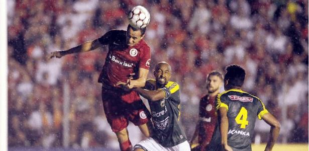 Leandro Damião disputa bola em Luverdense e Internacional pela Série B
