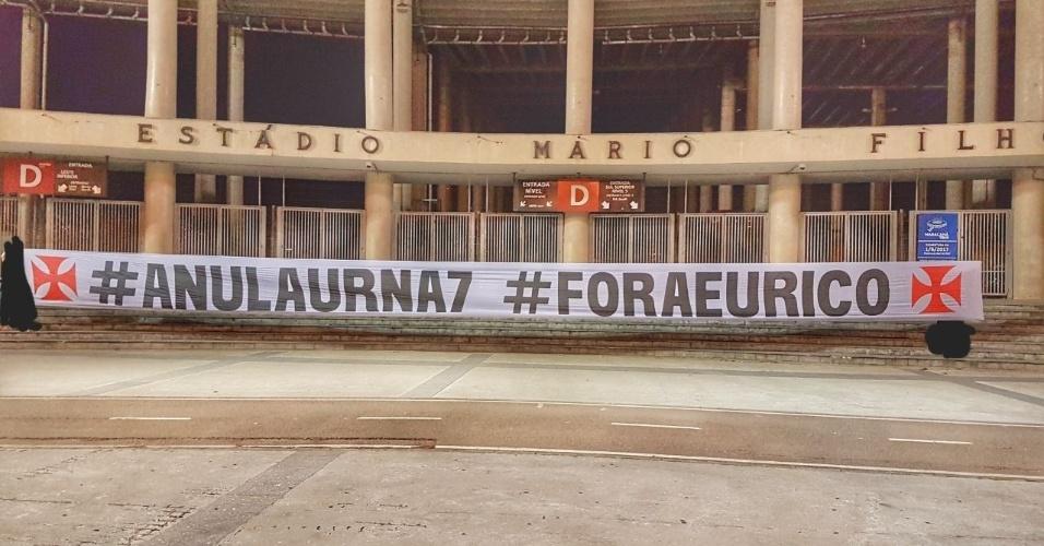 """Grupo de vascaínos estendeu faixa na porta do Maracanã contra Eurico Miranda, em investigação de suposta fraude na eleição.O protesto foi feito pela chapa """"Reage Vasco, Fora Eurico"""", ligada a Júlio Brant"""