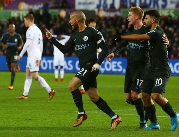 David Silva (esq) anotou dois gols e se destacou novamente na 15ª vitória seguida do City