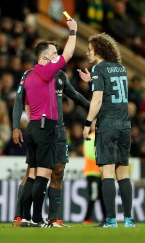 David Luiz, do Chelsea, recebe cartão amarelo na partida contra o Norwich